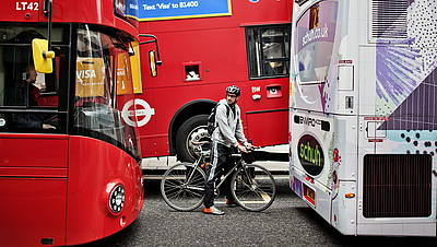 Ciclista tra Bus a Londra © GettyImages