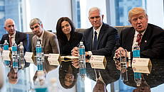 Jeff Bezos (chief executive officer di Amazon), Larry Page (chief executive officer di Alphabet Inc. - Google), Sheryl Sandberg (chief operating officer di Facebook), Vice President Mike Pence e il Presidente Donald Trump © GettyImages