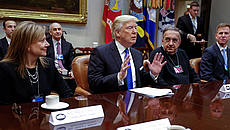 Il Presidente Donald Trump, Mary Barra (GM) e Sergio Marchionne (FCA) © GettyImages