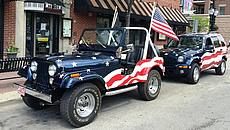 "Due modelli Jeep con la speciale colorazione ""Stars and Stripes"" Jeep © Nick Priola/Chigaco Tribute"